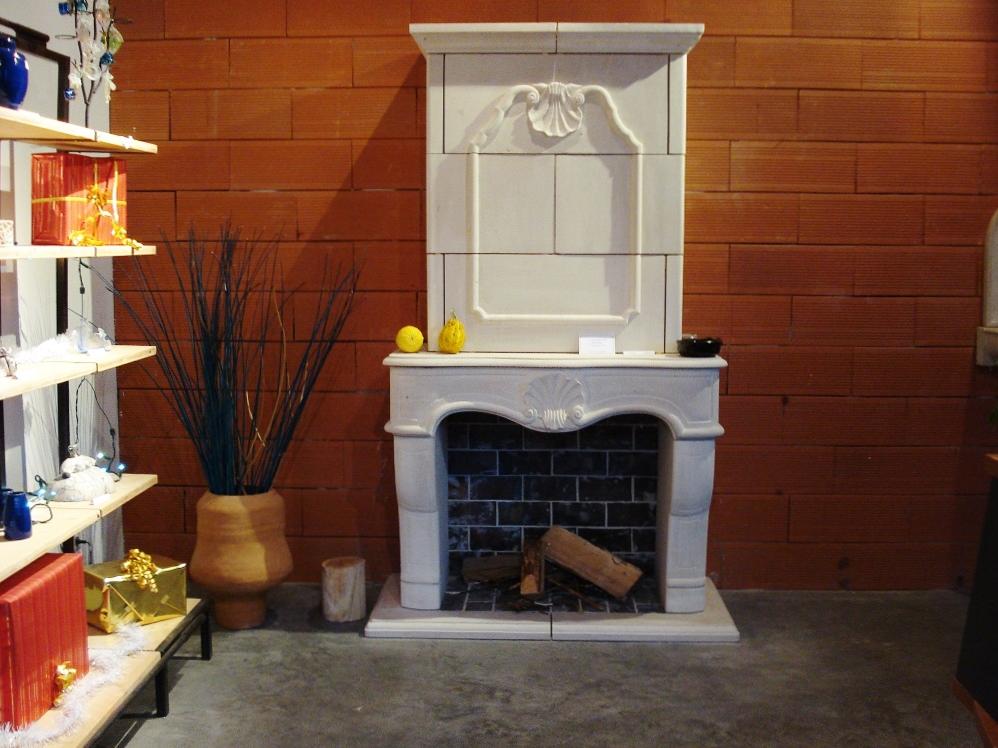 cheminée-pierre-blanche-foyer-ouvert
