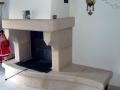 cheminée-pierre-rustique-banc