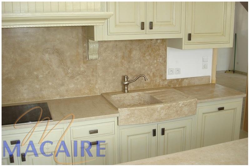 tailleur-de-pierre-cuisine-crédence-évier-plan-de-travail-pierre-calcaire-claire-moulure-motif