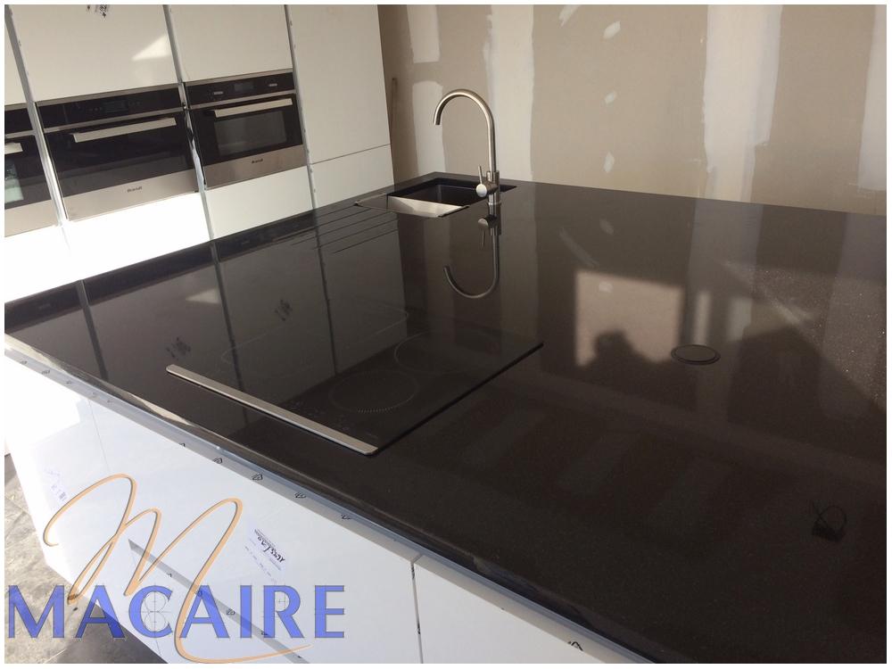 cuisine-granit-foncé-noir-black-zimbabwebois-pierre-evier-inox-sous-plan-blanc-meuble-designe-moderne