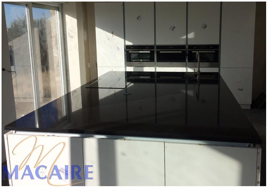 cuisine-granit-foncé-noir-black-zimbabwebois-pierre-evier-inox-sous-plan-moderne