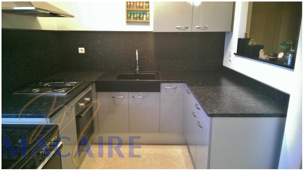 cuisine-plan-de-travail-granit-noir-évier-crédence-moderne-design