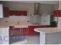 cuisine-plan-de-travail-moderne-pierre-claire-ilot-central-évier