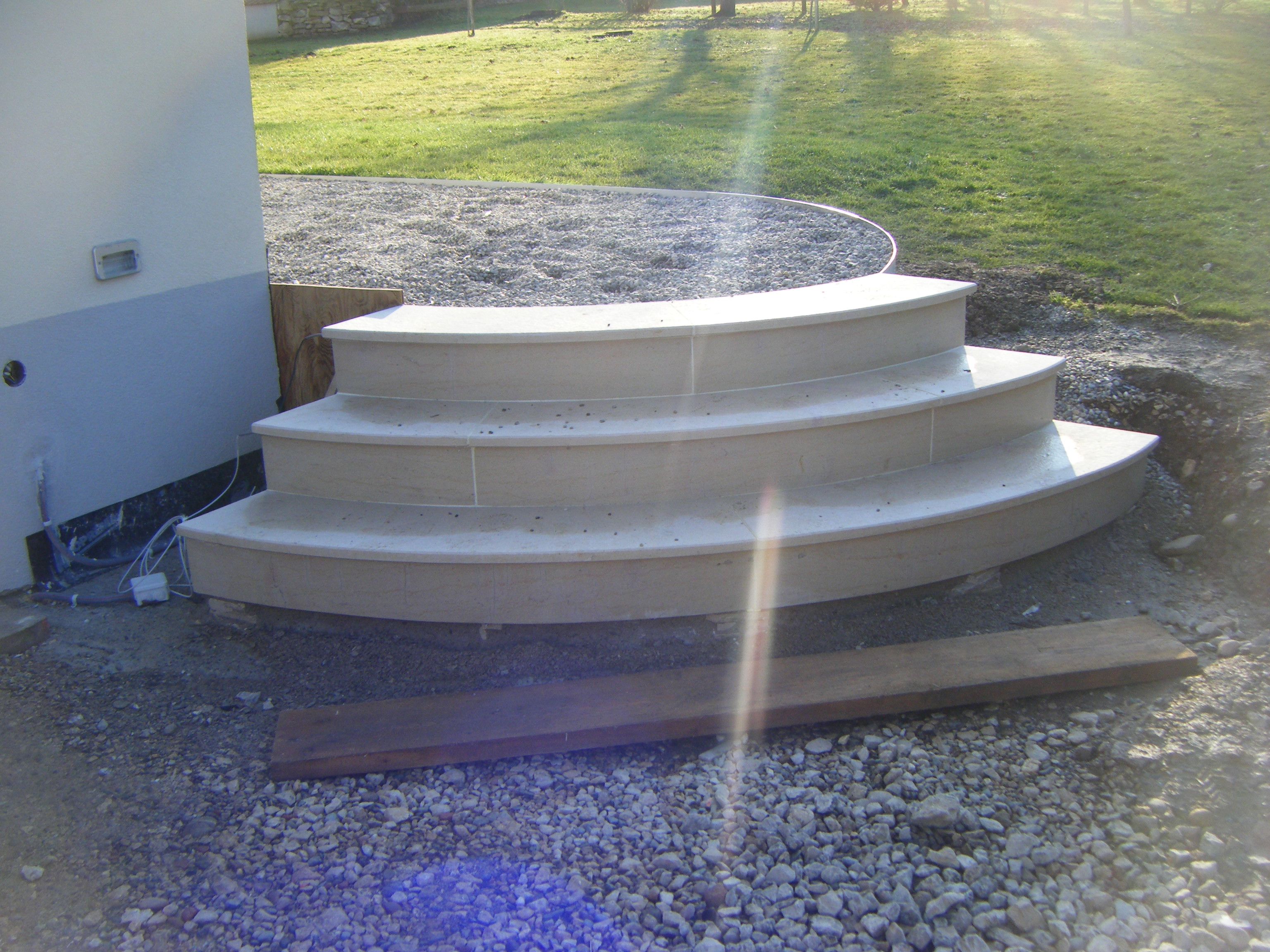 escalier-arrondi-exterieur-pierre-marbre-granit