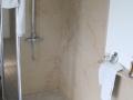 macaire-douche italienne-pierre naturelle-pierre claire-marbre-facile entretien